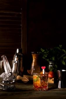 Margarita coctail mit eis und minze auf hölzernem hintergrund