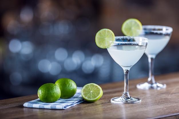 Margarita. margatita alkoholisches cocktailgetränk auf der bartheke im pub oder restaurant.
