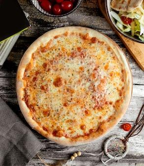 Margarita pizza auf dem tisch