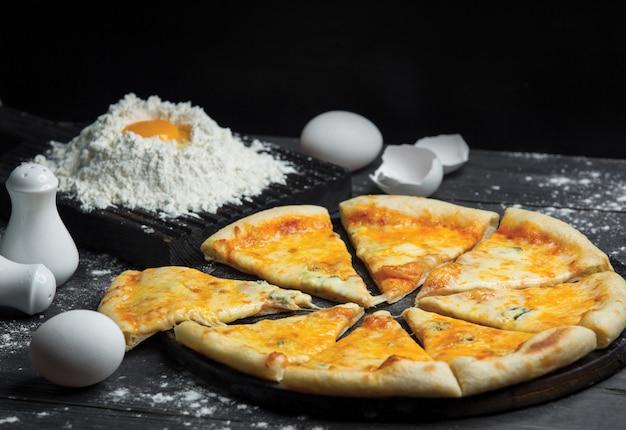 Margarita-pizza in scheiben schneiden und teig machen