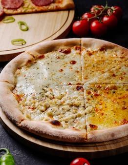 Margarita-pizza mit dem geschmolzenen käse, der in scheiben geschnitten wird.