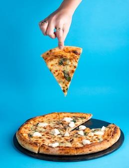 Margherita-pizza mit käse-basilikum und mozzarella