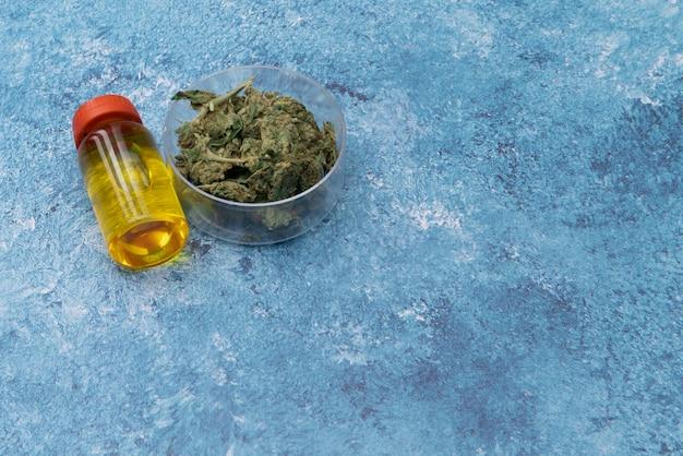Marihuana cannabis medicinal, unkrautverbindung in einem glasbehälter. medizinischer extrakt von cannabis-marihuanaöl im glas
