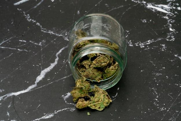 Marihuana cannabis medizin, unkraut joint in einem glasbehälter, drogen.