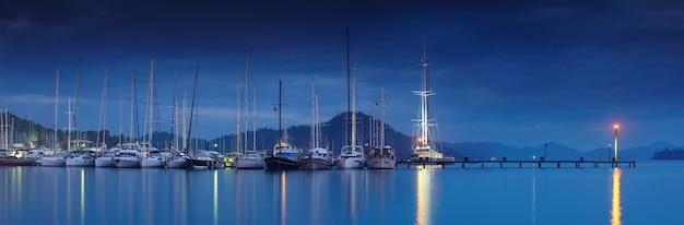 Marina in der nacht mit festgemachten yachten