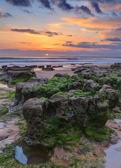 Marine magische landschaft vor sonnenuntergang. albufeira strand sturm.