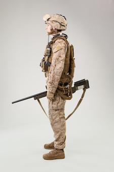 Marine schütze in kampfuniform, helm und körperschutz