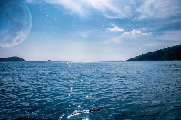 Marineblauer ozean mit mond und stern