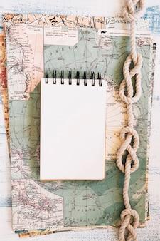 Marinekomposition mit leerem notizblock auf karte
