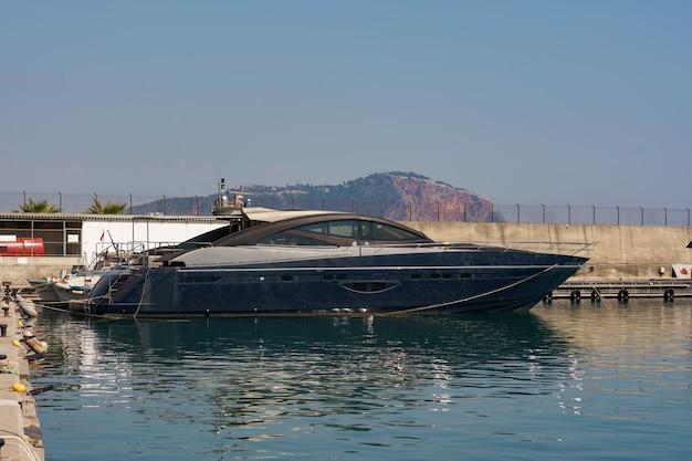 Marineparken von booten und yachten in der türkei. yacht im seehafen angedockt