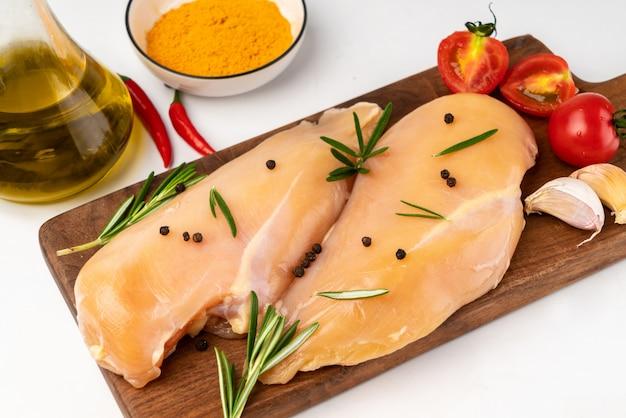 Marinieren sie die frische hühnerbrust auf dem schneidebrett