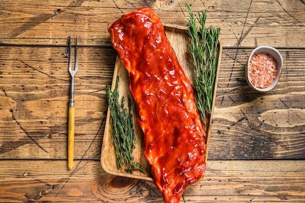 Mariniert in bbq-sauce kalbsbrustfleisch auf einer kurzen sparerib auf einem holztablett
