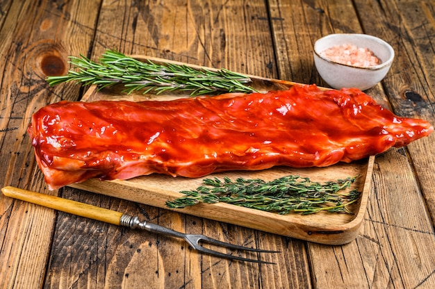 Mariniert in bbq-sauce kalbsbrustfleisch auf kurzer sparerib auf holztablett.