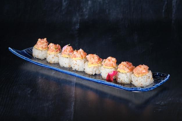 Marinierter lachs sushi rote zwiebel zitronensaft aji amarillo mit minze und korianderavocado und gerösteten...