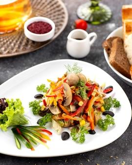 Marinierter pilzsalat mit paprika-karottenmais und dill