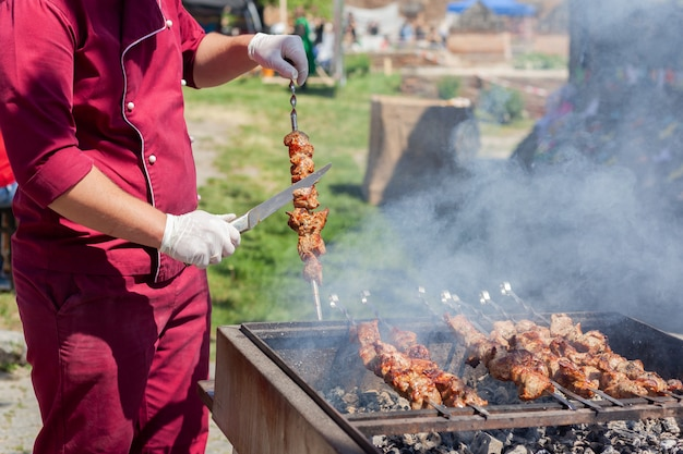 Mariniertes fleisch auf dem grill grillen. street food festival