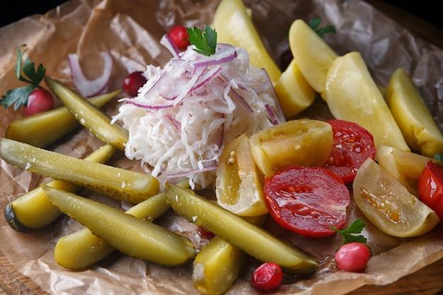 Mariniertes gemüse, verschiedene sorten, kohl, tomaten, gurken