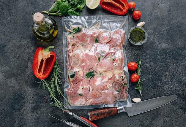 Mariniertes grillfleisch in vakuumverpackung mit marinade.