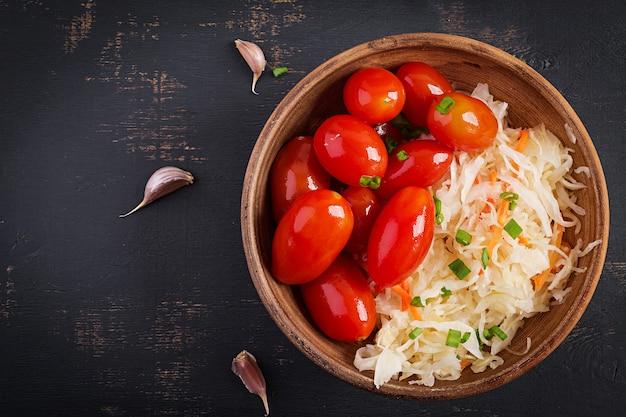 Mariniertes sauerkraut mit eingelegten tomaten und zwiebeln.