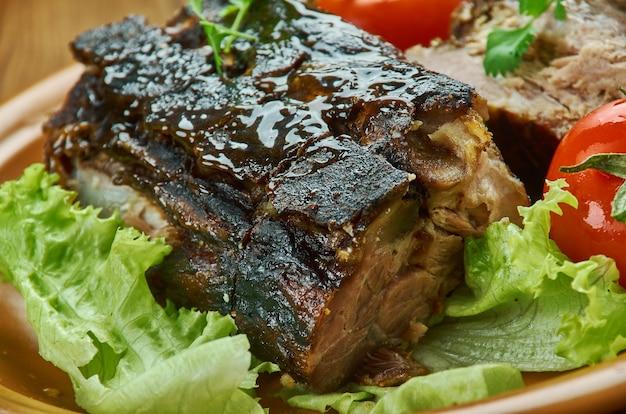 Mariniertes schweinefleisch mit kubanischem mojo - lechon asado, traditionelles kubanisches schweinebraten r