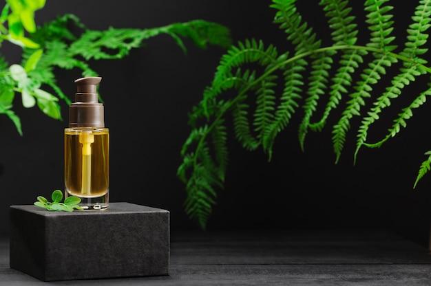 Markenlose flasche mit haaröl auf sockel. transparenter glasbehälter mit spender auf natürlichem hintergrund. werbung. produktbanner. platz für text, design. kosmetik- und schönheitskonzept.