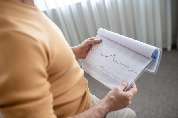 Marketing. ein bild von einem mann mit projektpapieren in den händen