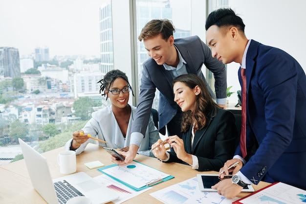 Marketing-team diskutiert mobile app