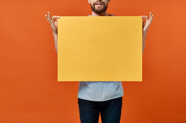 Marketingplakat orange wandmann in der wand beschnittene ansicht