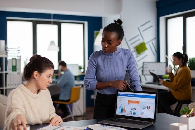 Marketingstatistiken analysiert von verschiedenen teamkollegen des start-up-unternehmens