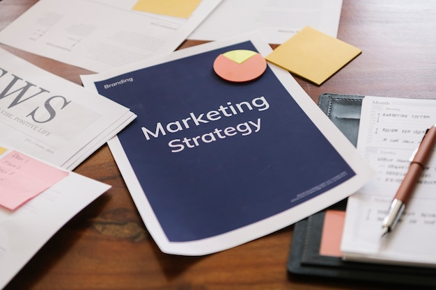 Marketingstrategiebericht auf einem schreibtisch