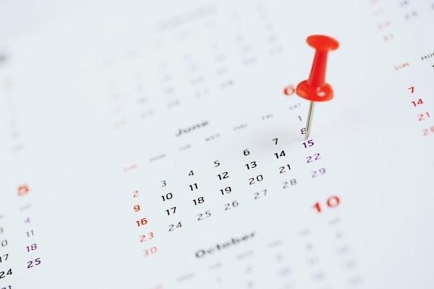 Markieren sie den veranstaltungstag mit einer stecknadel. reißzwecke im kalenderkonzept für die ausgelastete zeitachse organisieren den zeitplanfokus