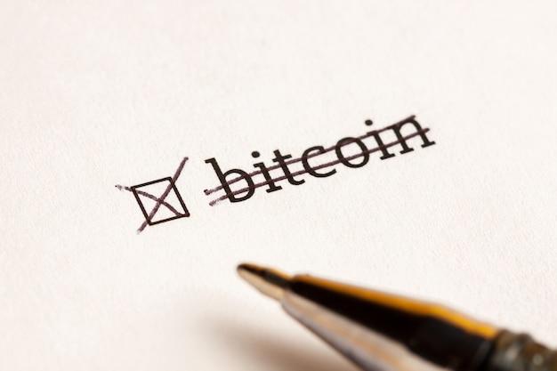 Markiertes kontrollkästchen mit wort-bitcoin am wartehintergrund. fragebogen-konzept.