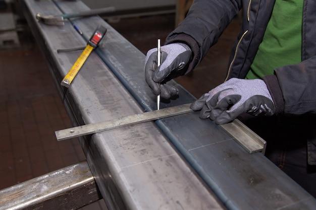 Markierungen auf einer metalloberfläche zum bohren von löchern. markierungswerkzeuge.