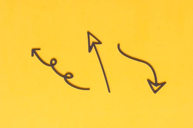 Markierungspfeilzeichnungen auf gelbem hintergrund