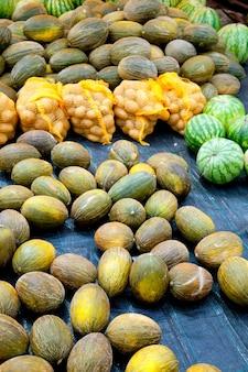 Markt mit melonenwassermelone und kartoffeln