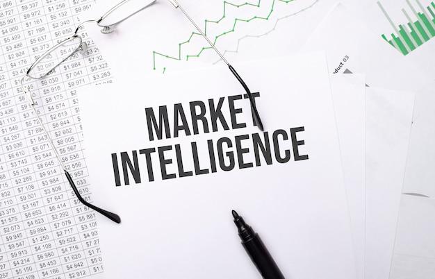 Marktintelligenz. konzeptioneller hintergrund mit diagramm, papieren, stift und brille