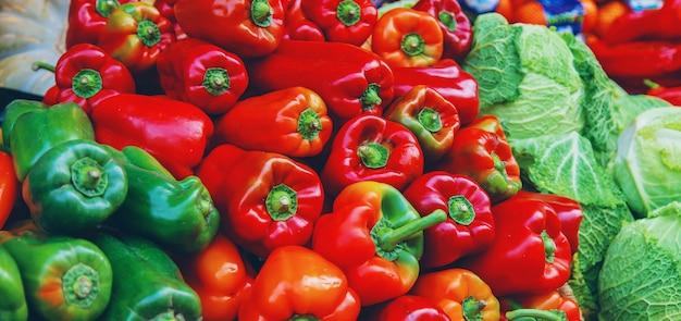 Marktstände mit gemüse und obst. selektiver fokus.