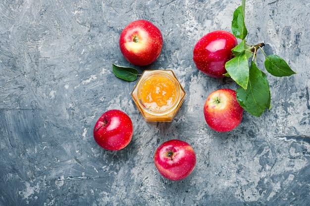 Marmelade aus reifen äpfeln
