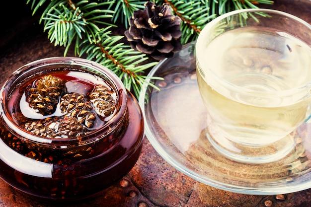 Marmelade aus tannenzapfen zum tee