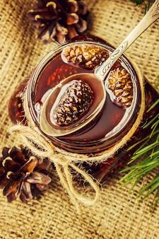 Marmelade aus Zapfen. Selektiver Fokus Essen und Trinken.