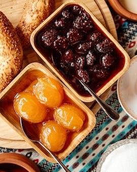 Marmelade erdbeer und aprikose draufsicht