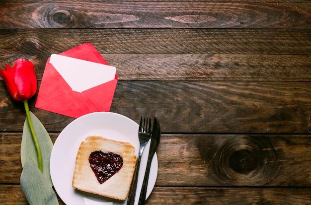 Marmelade in herzform auf toast mit tulpe