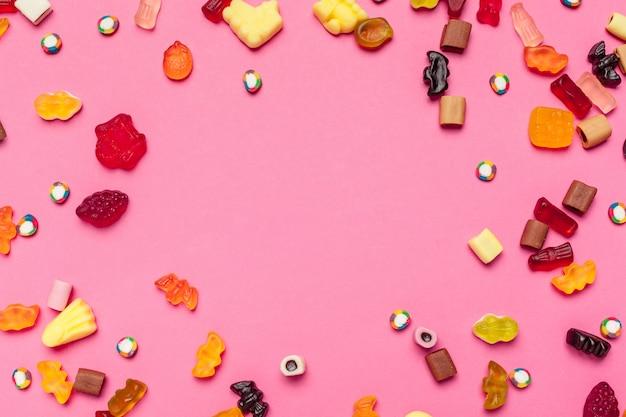 Marmelade süßigkeiten oder kaugummi auf farbigem hintergrund