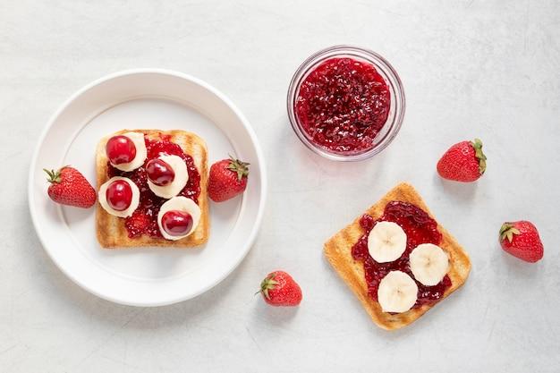 Marmelade und bananentoast zum frühstück
