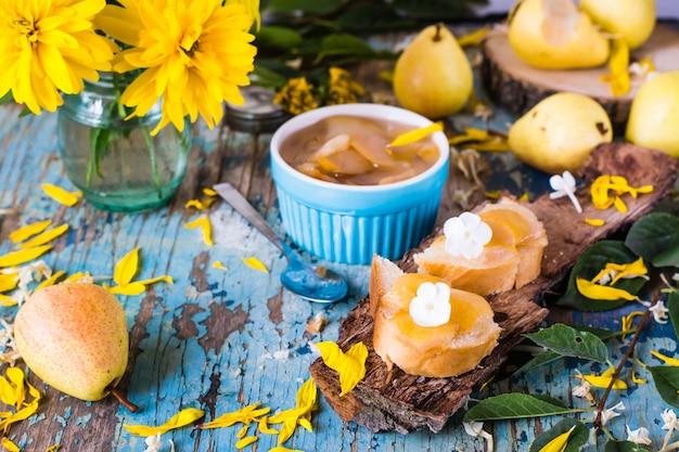 Marmelade von einer birne auf brotstücken