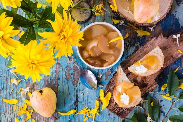 Marmelade von einer birne auf stücken brot und in einer schüssel, draufsicht