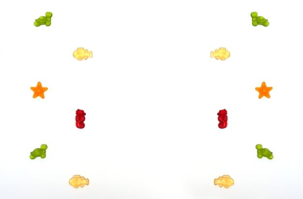 Marmeladen in form von meerestieren auf weißem hintergrund