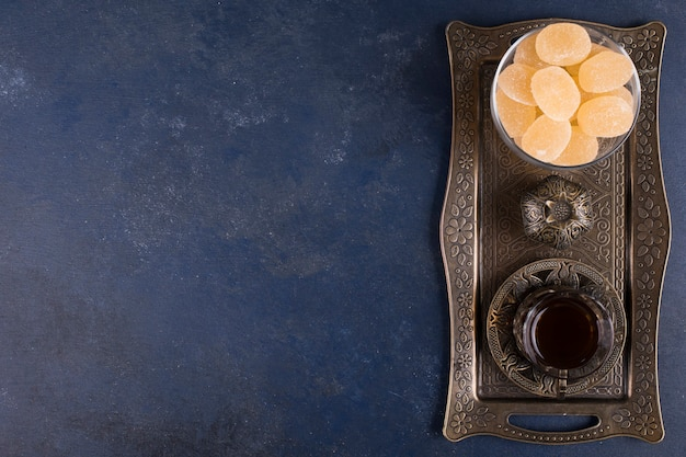 Marmeladen mit einem glas tee in einer metallplatte, draufsicht