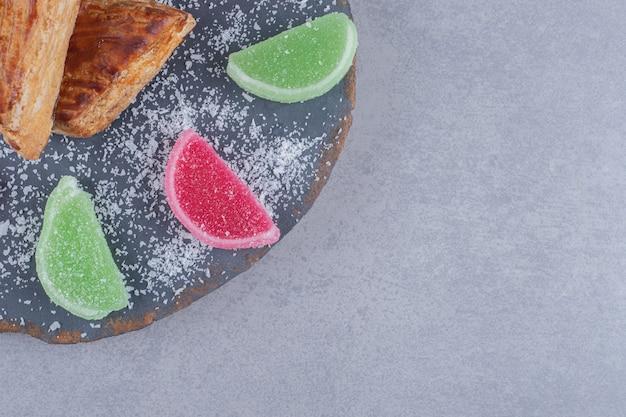 Marmeladen und kyatas auf einem brett auf marmoroberfläche
