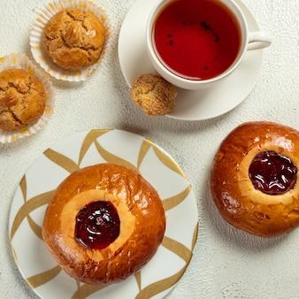 Marmeladenbrötchen mit tasse tee draufsicht